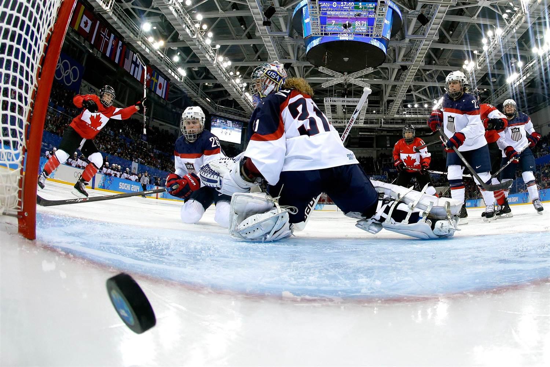 В хоккее можно ставить на исход, тотал и фору