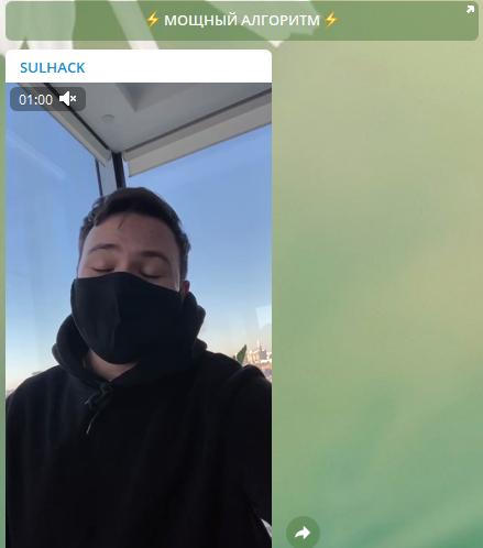 Молодой человек закрывает лицо медицинской маской